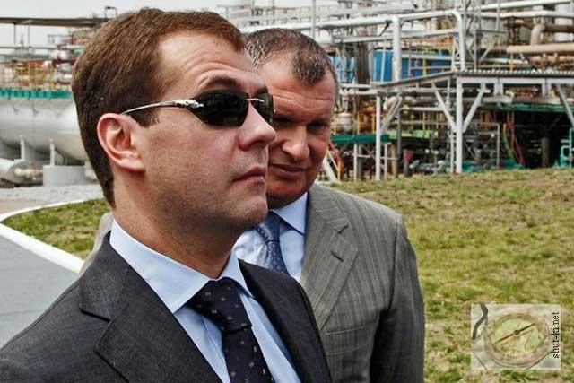 - Медведев и очки «с кисками». Блогеры гадают, зачем премьер щеголяет в женских очках от Cartier