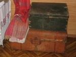 Сундучок и старинный чемодан
